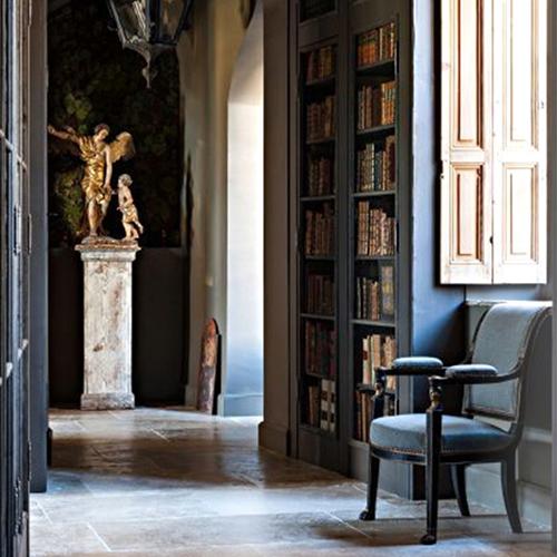 Découvrez notre maison d'hôtes au centre d'Avignon au travers de l'article de Travel Extra - charme, Spa et détente tout en admirant le Palais des Papes.